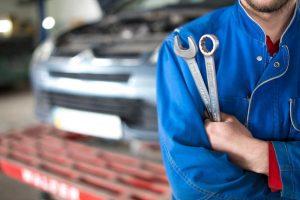 ¿Cómo deben ser los uniformes de trabajo en un taller mecánico?